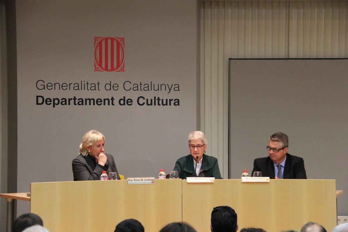 Muriel Casals, acompanyada de Rosa M. Codines, presidenta d'Òmnium a Tarragona, i Jordi Agràs, director territorial de Cultura (foto: Xavi Moya)