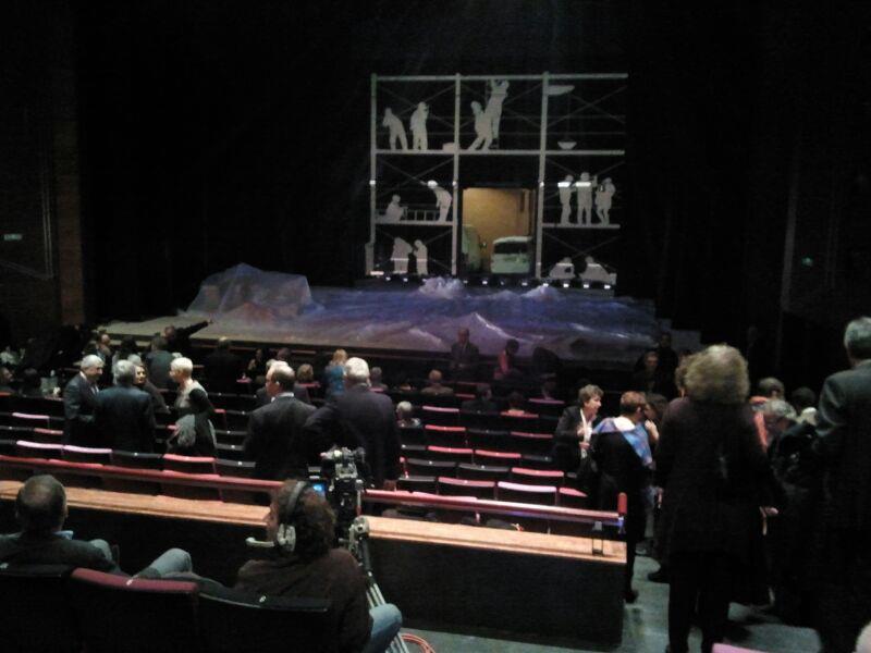 L'espectacle de la Nit de Santa Llúcia arrencava amb un escenari ple de treballadors preparant l'escenari per a la festa (foto: TGN 2012)