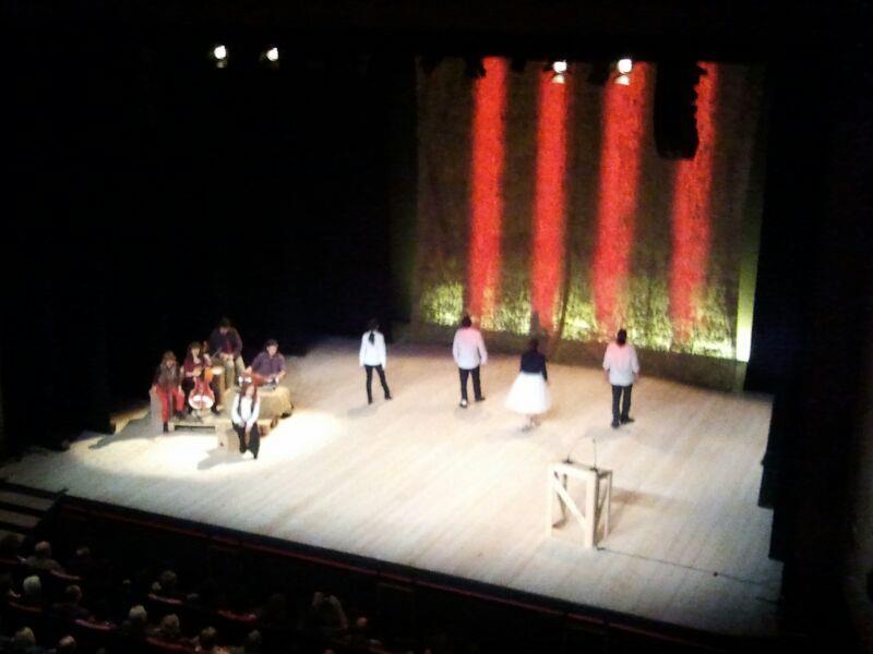 La Nit de Santa Llúcia es va tancar amb el cant d'Els Segadors i una gran senyera projectada al fons de l'escenari (foto: TGN 2012)