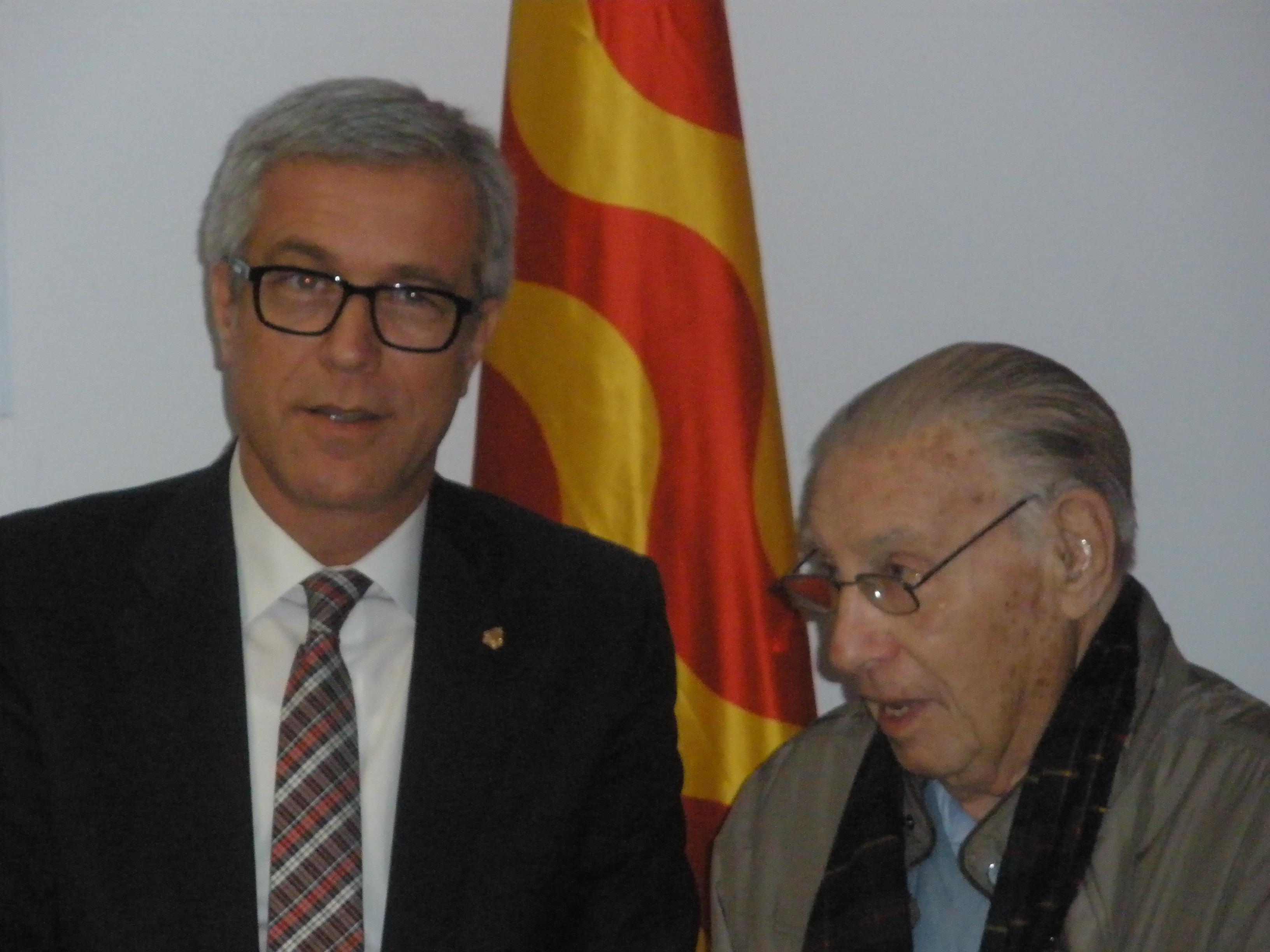 L'historiador i exalcalde, Josep M. Recasens, amb l'actual alcalde en la inauguració de l'Arxiu
