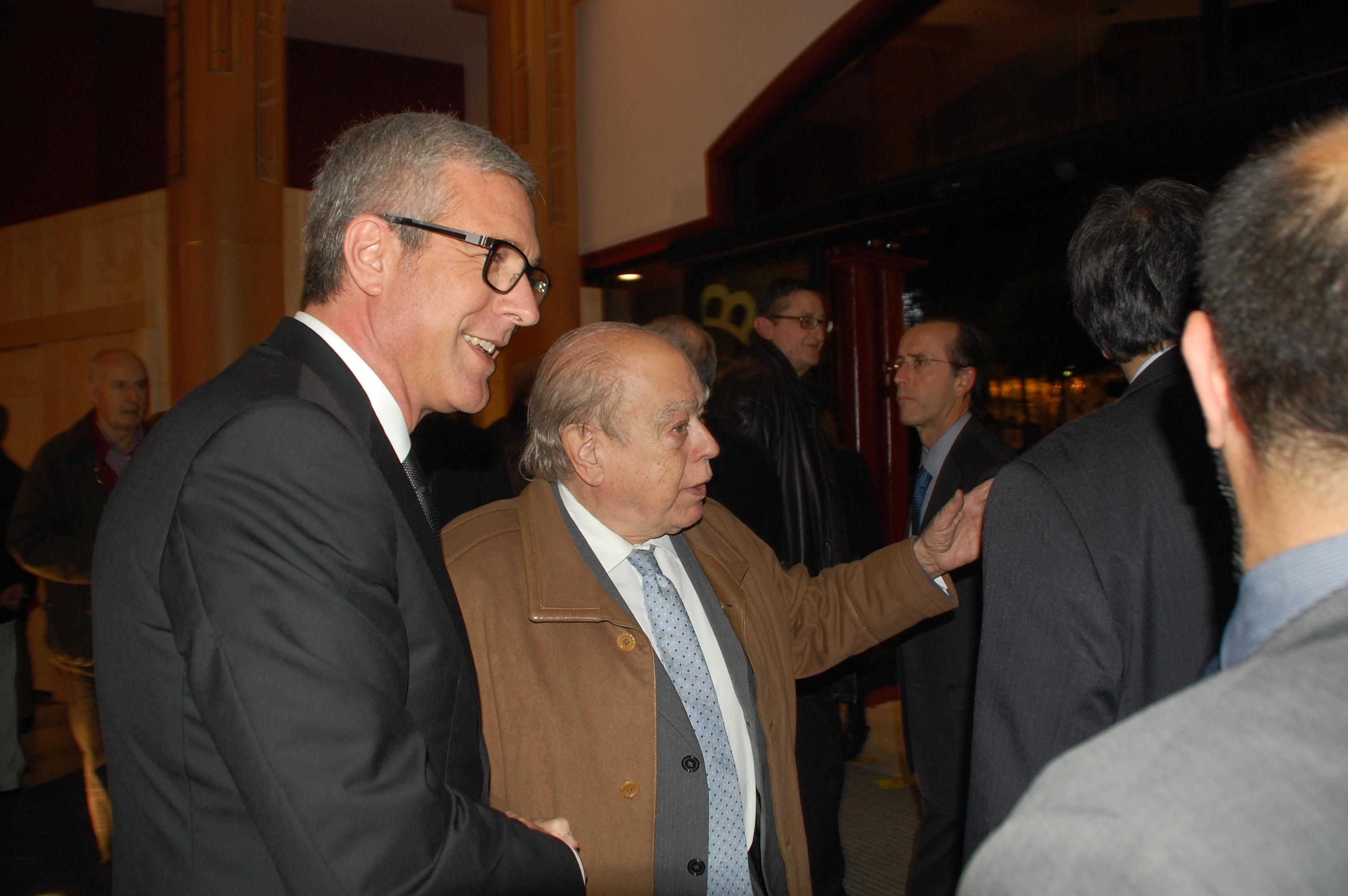 El president Jordi Pujol, rebut per l'alcalde Ballesteros al vestíbul del teatre Tarragona (foto: Mauri)