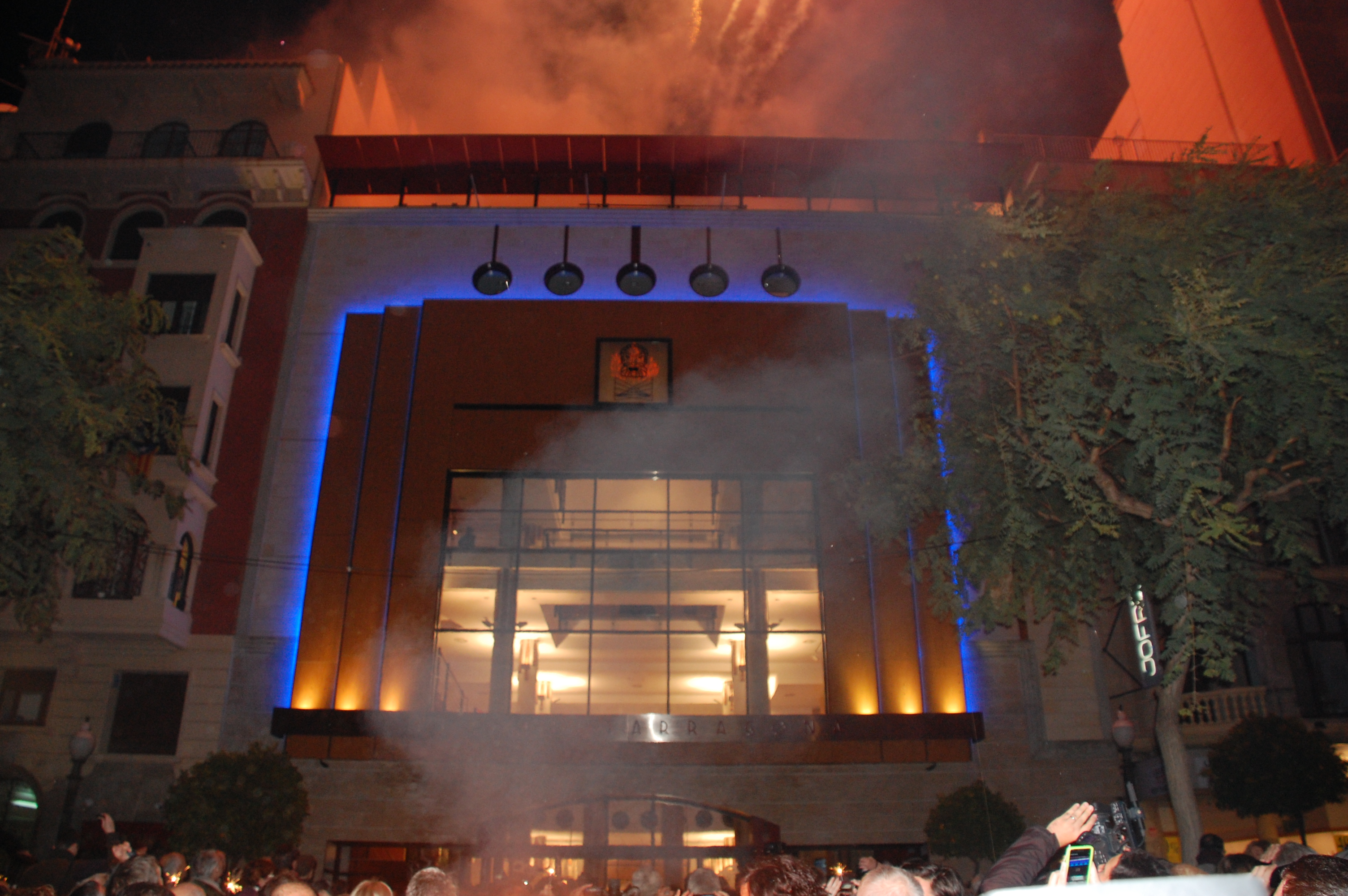 La façana del Teatre Tarragona, il·luminada en la seva estrena aquest dimarts