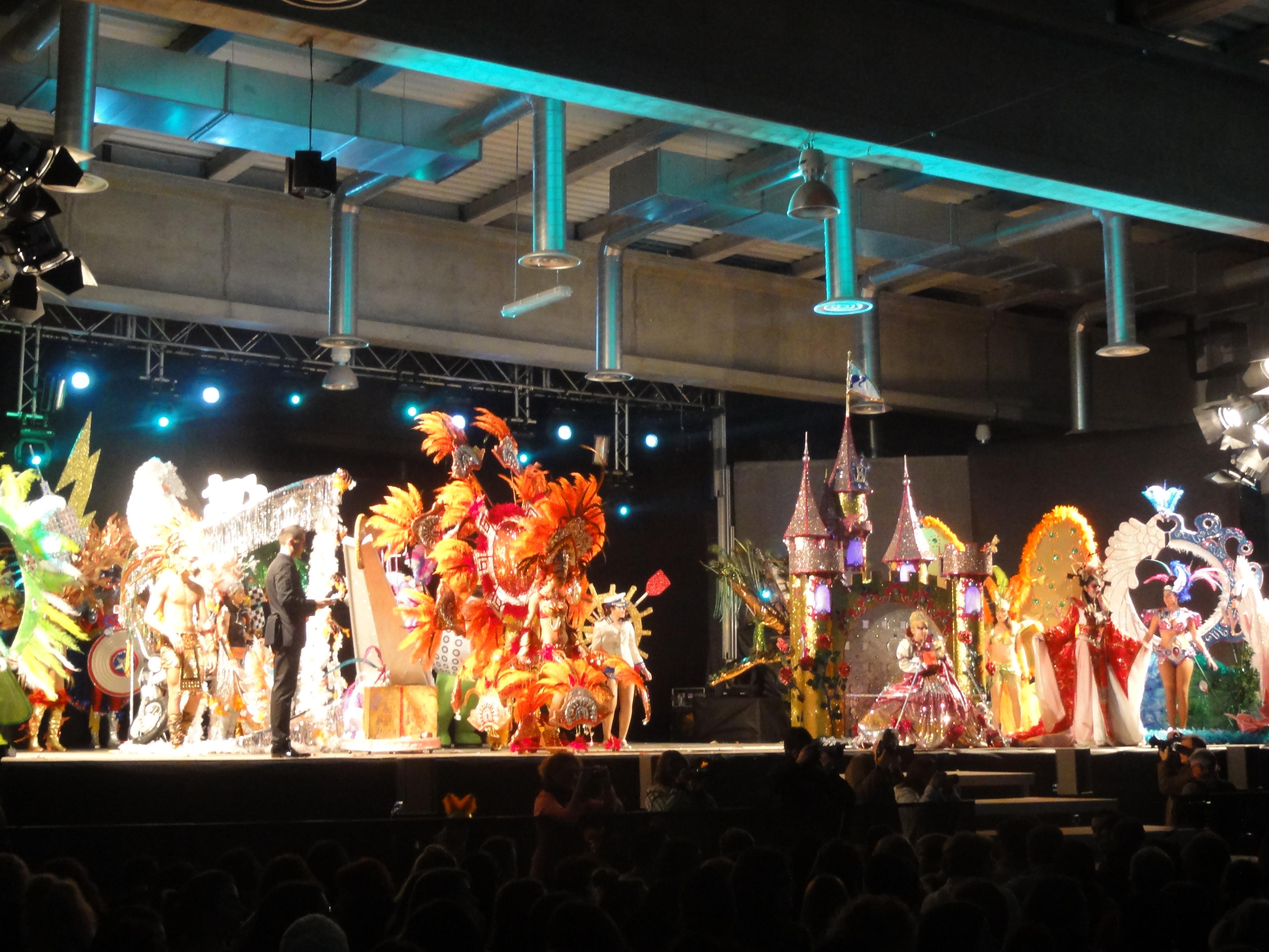 Les disset disfresses participans dalt de l'escenari. (foto: Tarragona 2012)