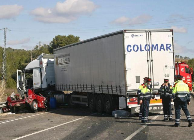 Imatge de la topada d'un camió i un turisme a la N-340 a l'alçada de la Mora. L'accident, de març de 2011, va provocar quatre víctimes mortals