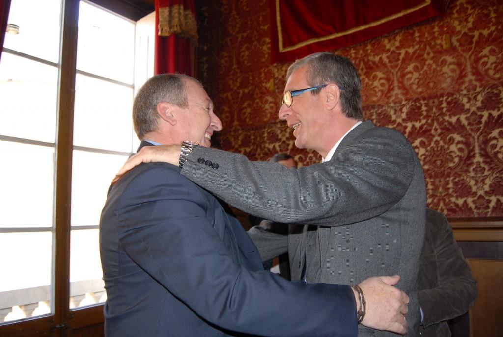 Aregio s'acomiada de l'alcalde Ballesteros al plenari municipal de febrer de 2011 (foto: CiU Tarragona)