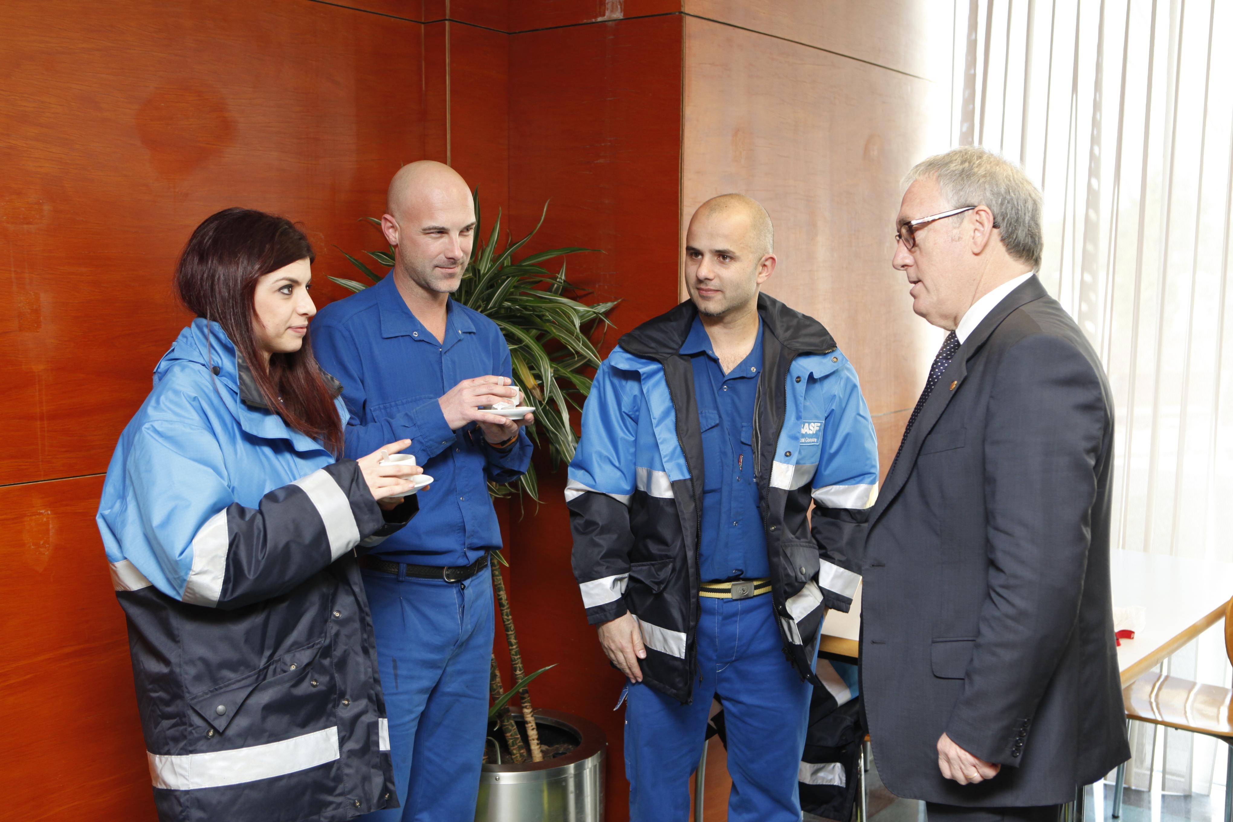 Alcalde de Vila-seca i president de la Diputació, Josep Poblet conversa amb treballadros de BASF a l'hora del cafè (foto: BASF)