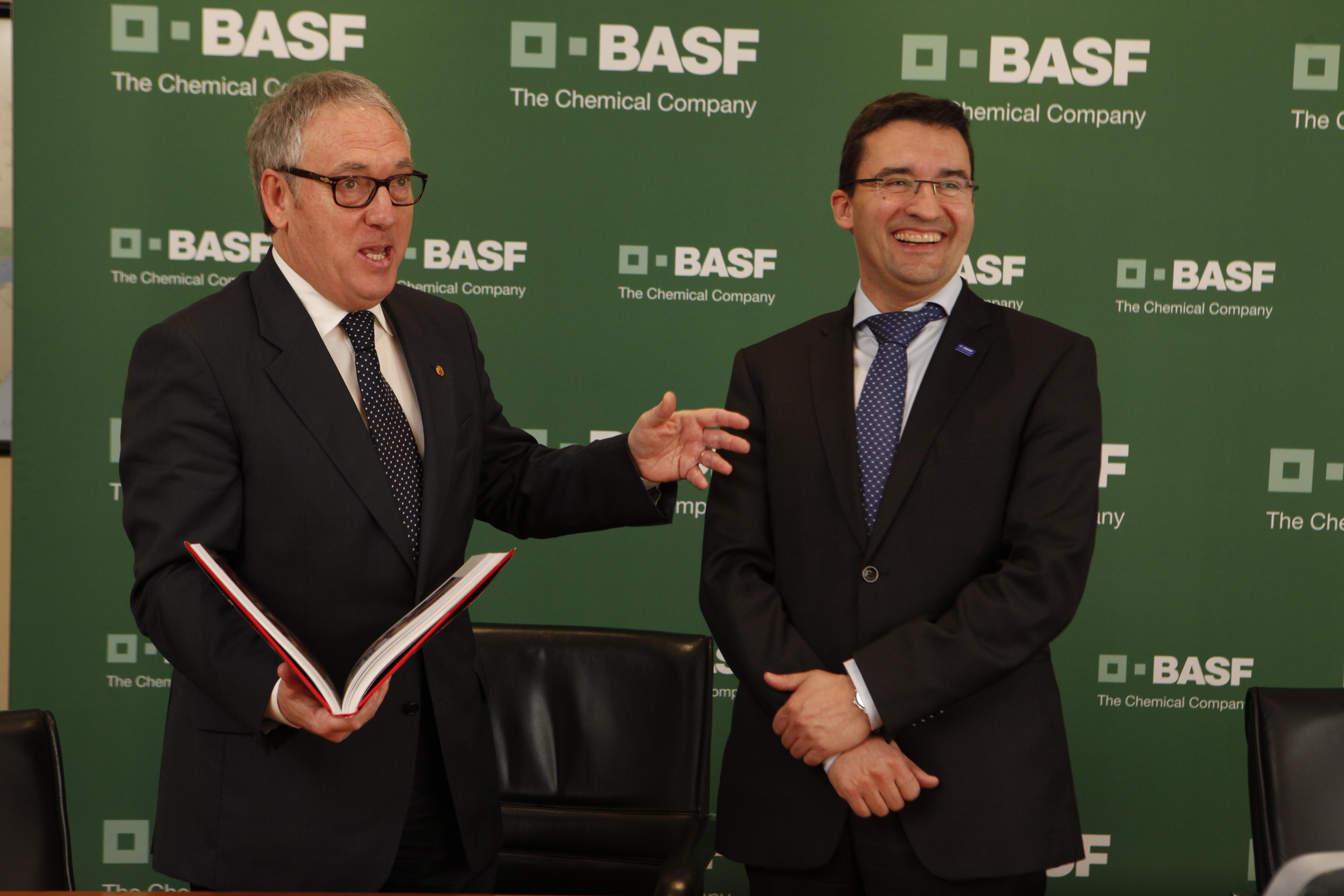 La visita dels polítics a BASF comença amb una trobada amb el director del centre de producció (foto: BASF)