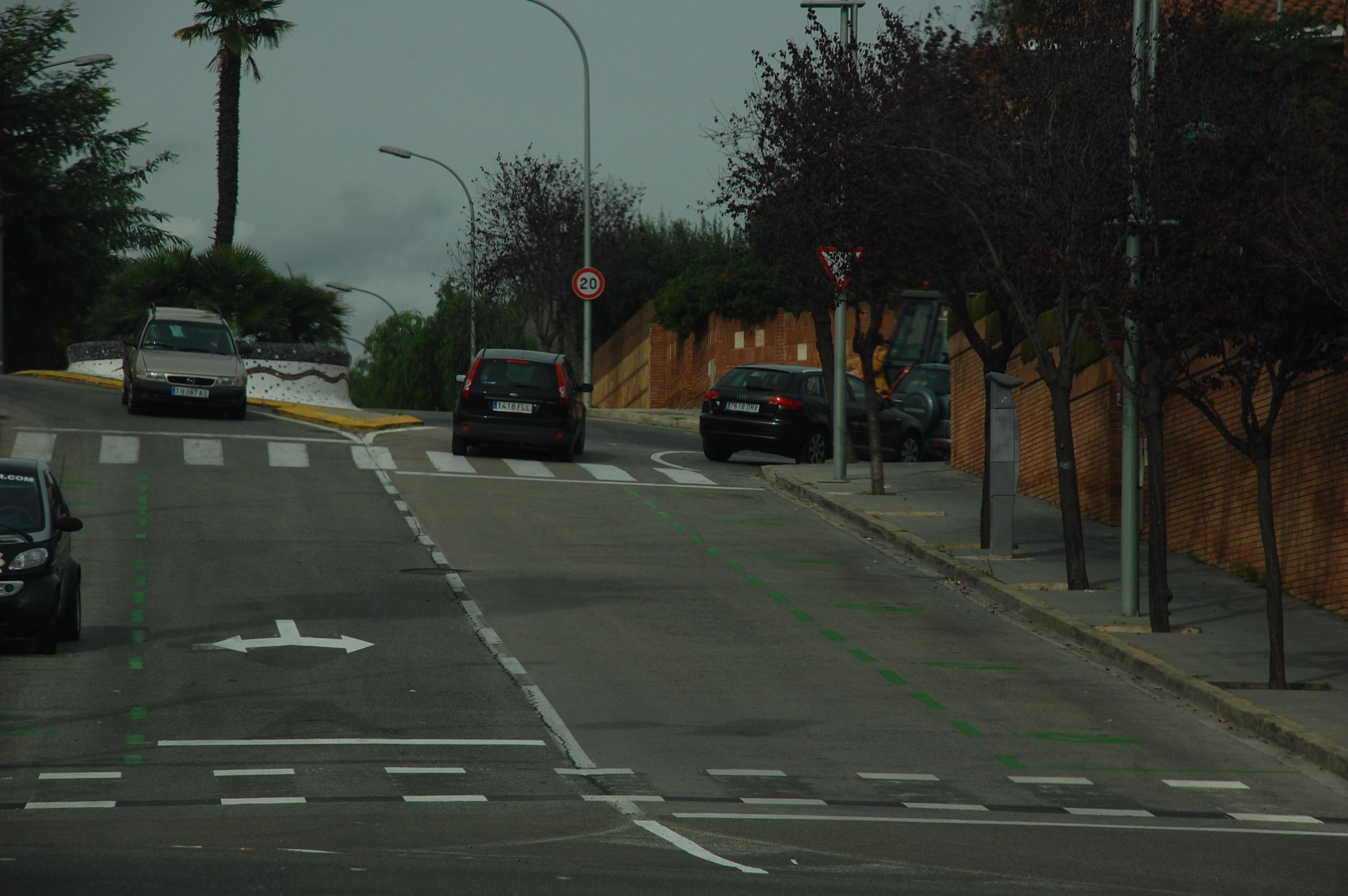 Aquest carrer, del barri dels Músics, es va pintar primer de color verd, i ara s'ha transformat en zona taronja