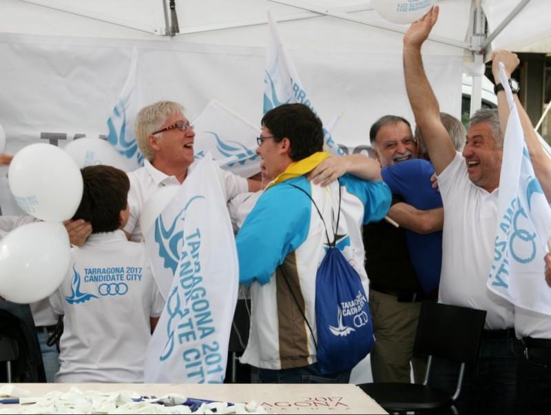 15 octubre de 2011: un grup de voluntaris celebren a la Rambla Nova la nominació de Tarragona per organitzar els Jocs Mediterranis de 2017 (foto: El Punt Avui)
