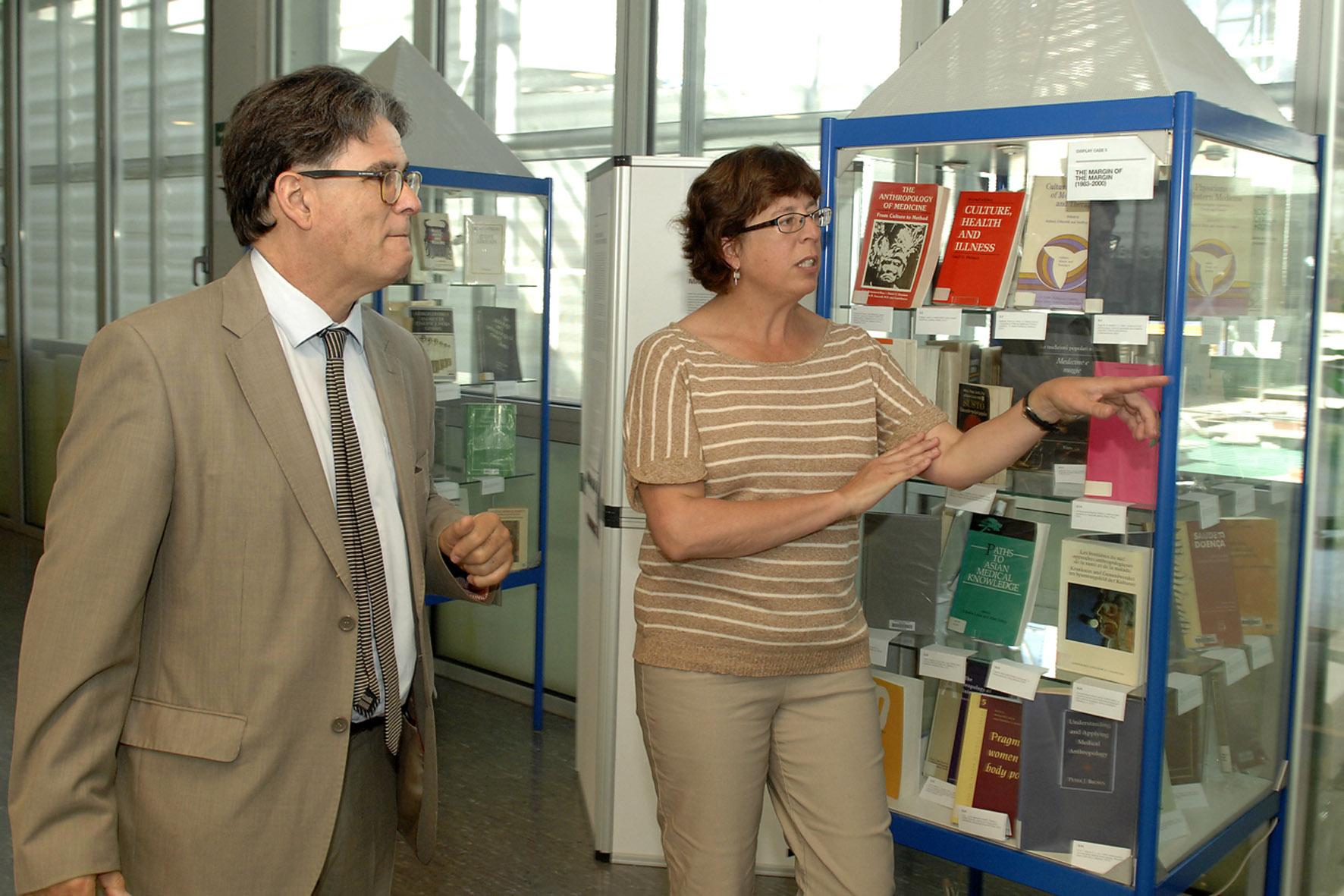 Josep Mª Comelles, de la URV i la nordamericana Elizabeth Cartwright, coorganitzadors del congrés d'antropologia mèdica que se celebra a Tarragona (foto: URV)