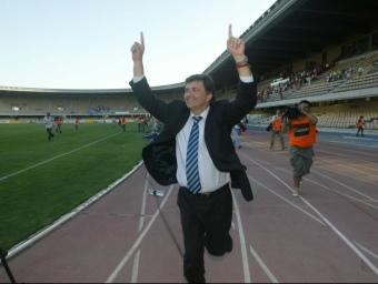 3 de juny de 2006: el president del Nàstic, Josep M. Andreu, celebra a Chapín l'ascens a Primera Divisió (foto: el 9 Esportiu)