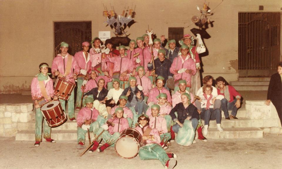 Imatge del 1984, en què els integrants del Ball de Diables llueixen els primers vestits.