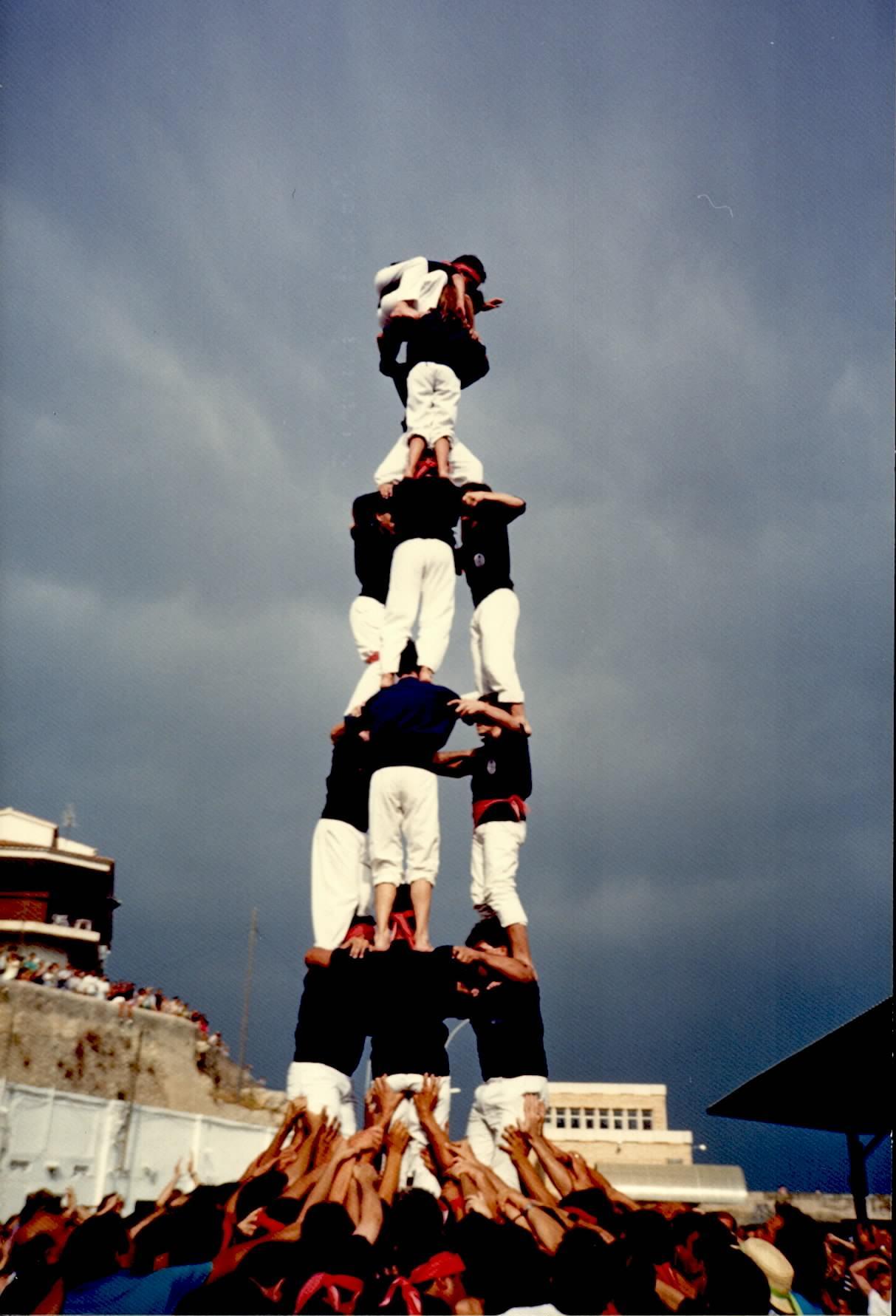 3de7 dels Xiquets del Serrallo a l'Ametlla de Mar, el 22 de juliol de 1989 (FONT: Arxiu Xiquets del Serrallo).