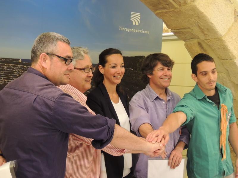 D'esquerra a dreta: Lluís Monfort (Xiquets del Serrallo), Enric Seritjol (Xiquets de Tarragona), Patrícia Anton, regidora de Turisme, Albert Grau (Jove de Tarragona) i Gerard Pasqual (Castellers de Sant Pere i Sant Pau) en la segona presentació de la iniciativa