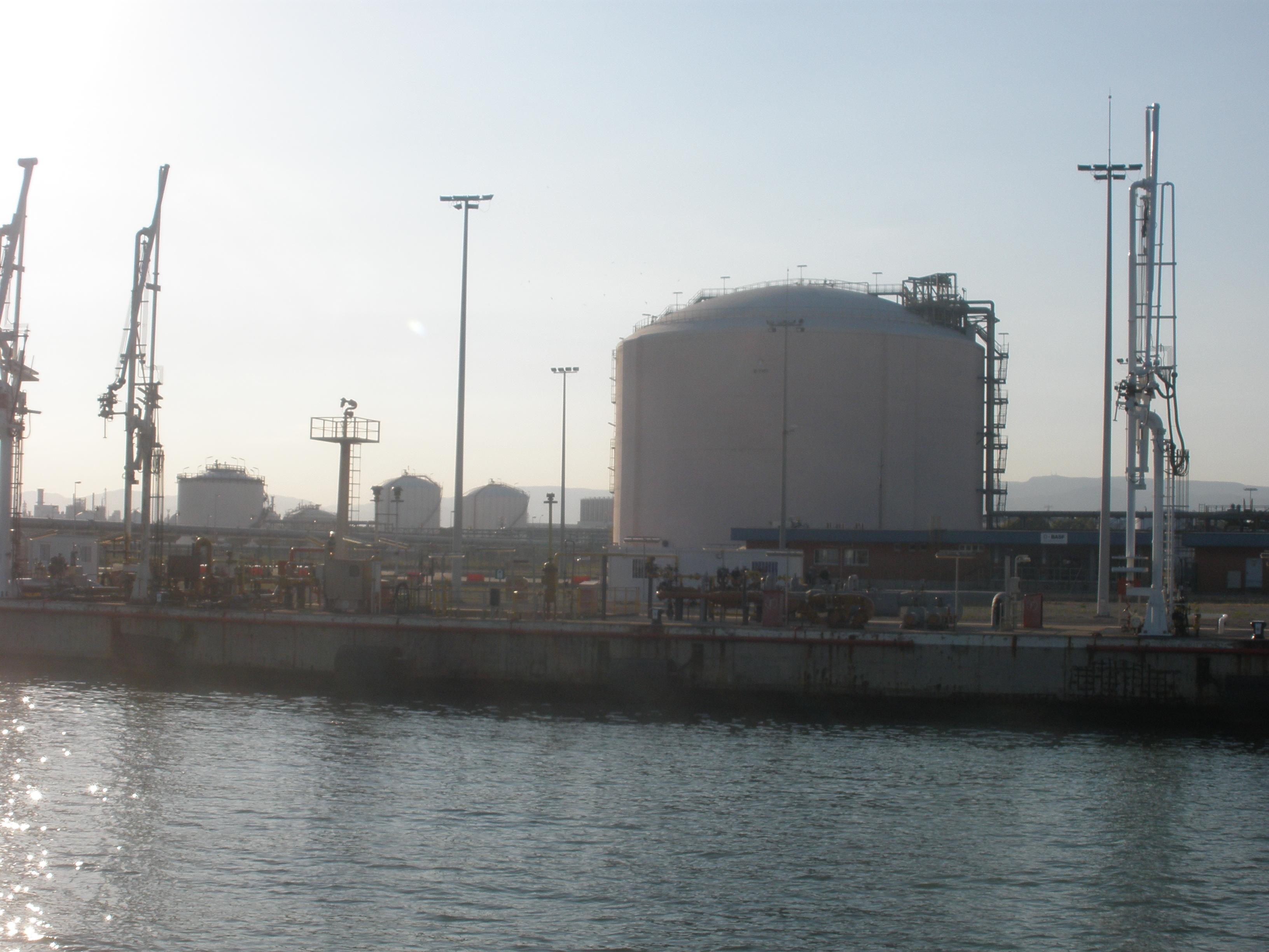 Imatge del tanc de propà a les instal·lacions de BASF al Port de Tarragona