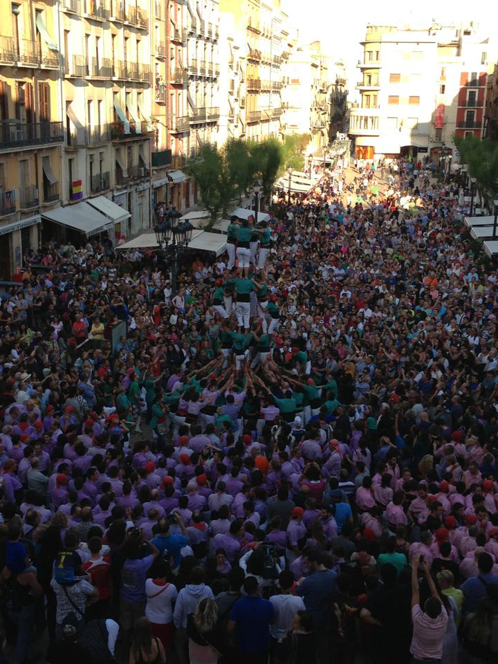 Des del balcó de l'Ajuntament es comprova la gran quantitat de públic que es va aplegar a la plaça de la Font per veure la diada castellera (foto: Pat Anton)