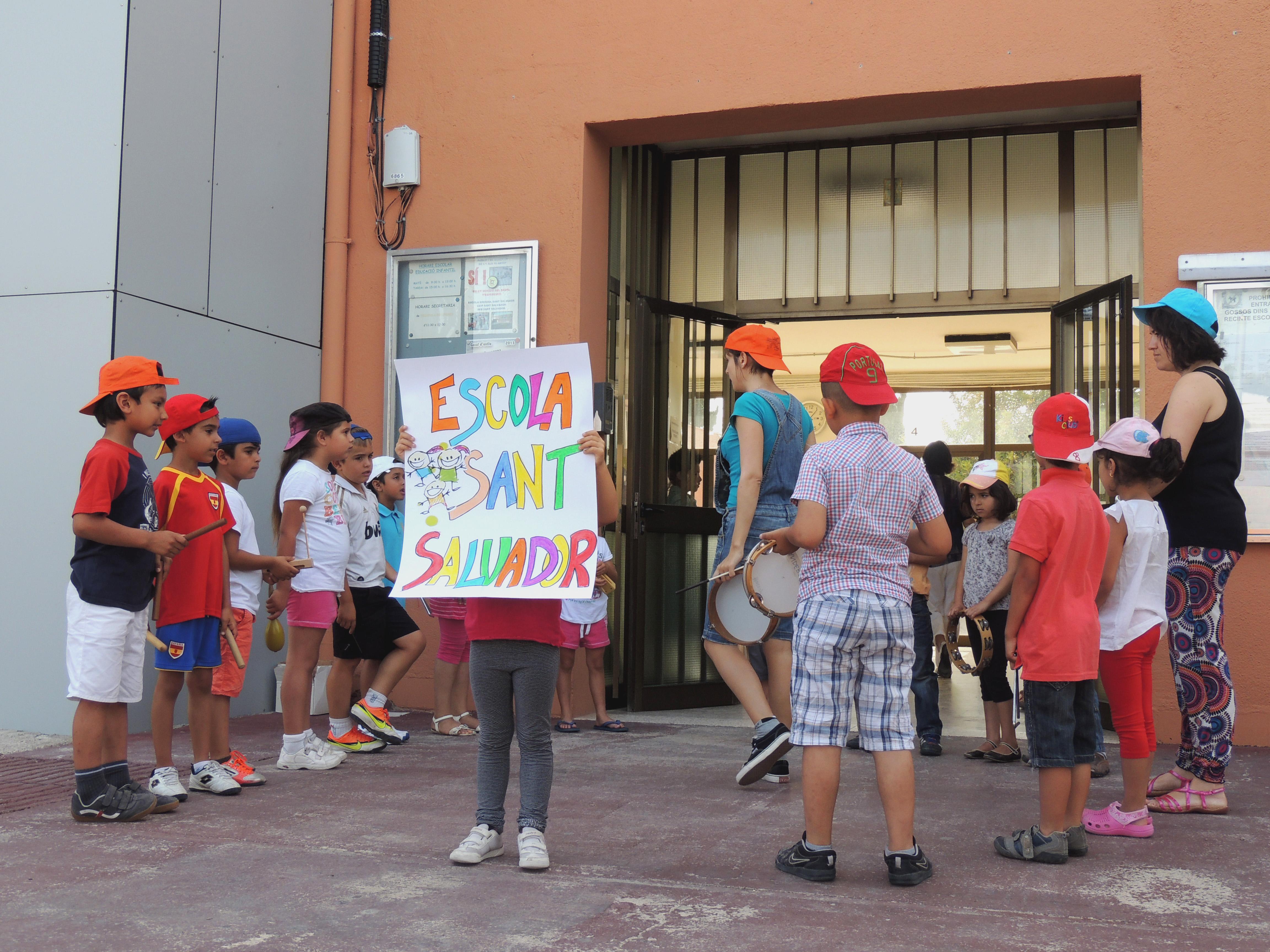 Alumnes de l'Escola Sant Salvador abans d'iniciar la gravació.