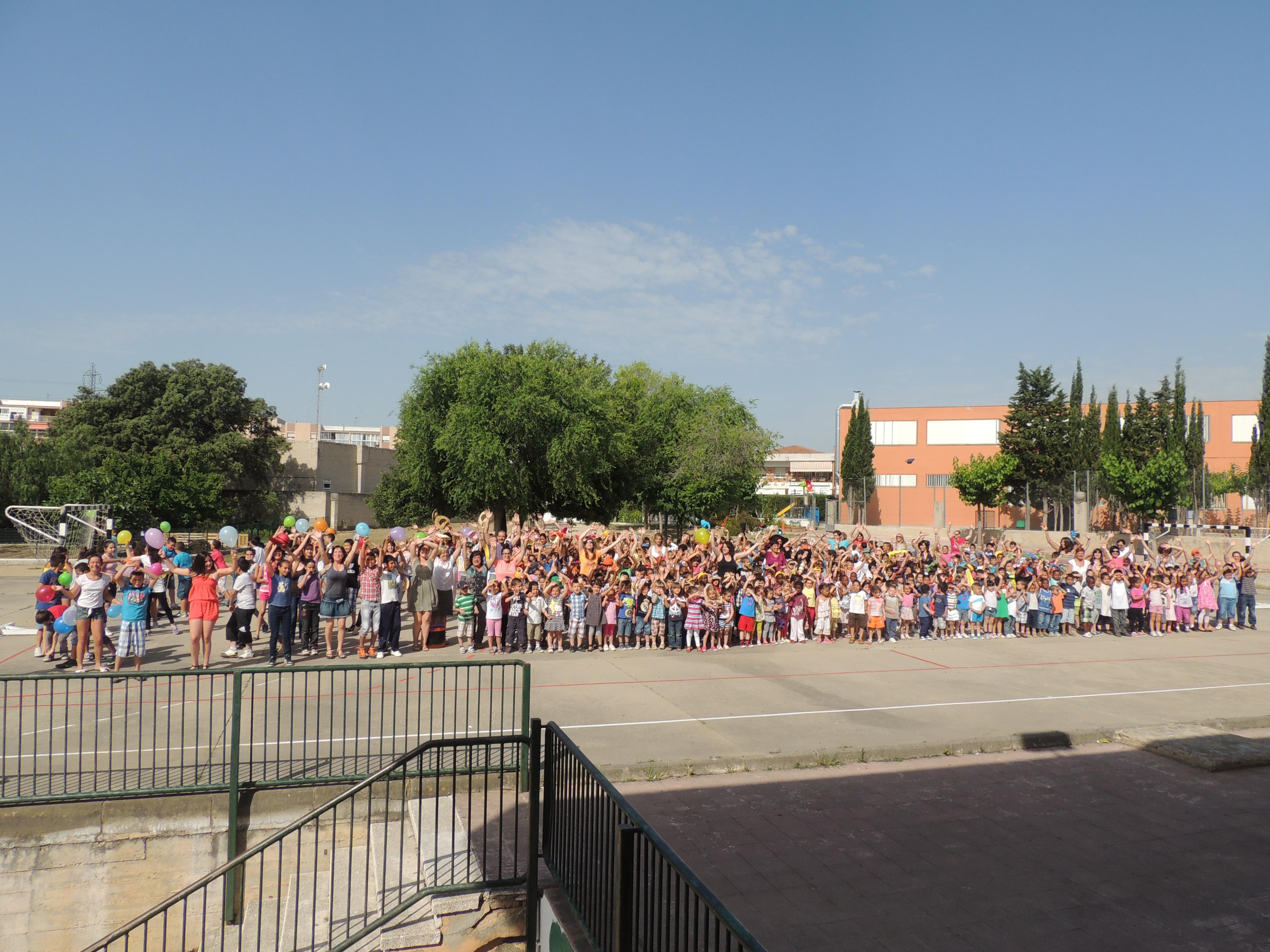 """Els nens i nenes del centre saluden a càmera al final del """"lipdub""""."""