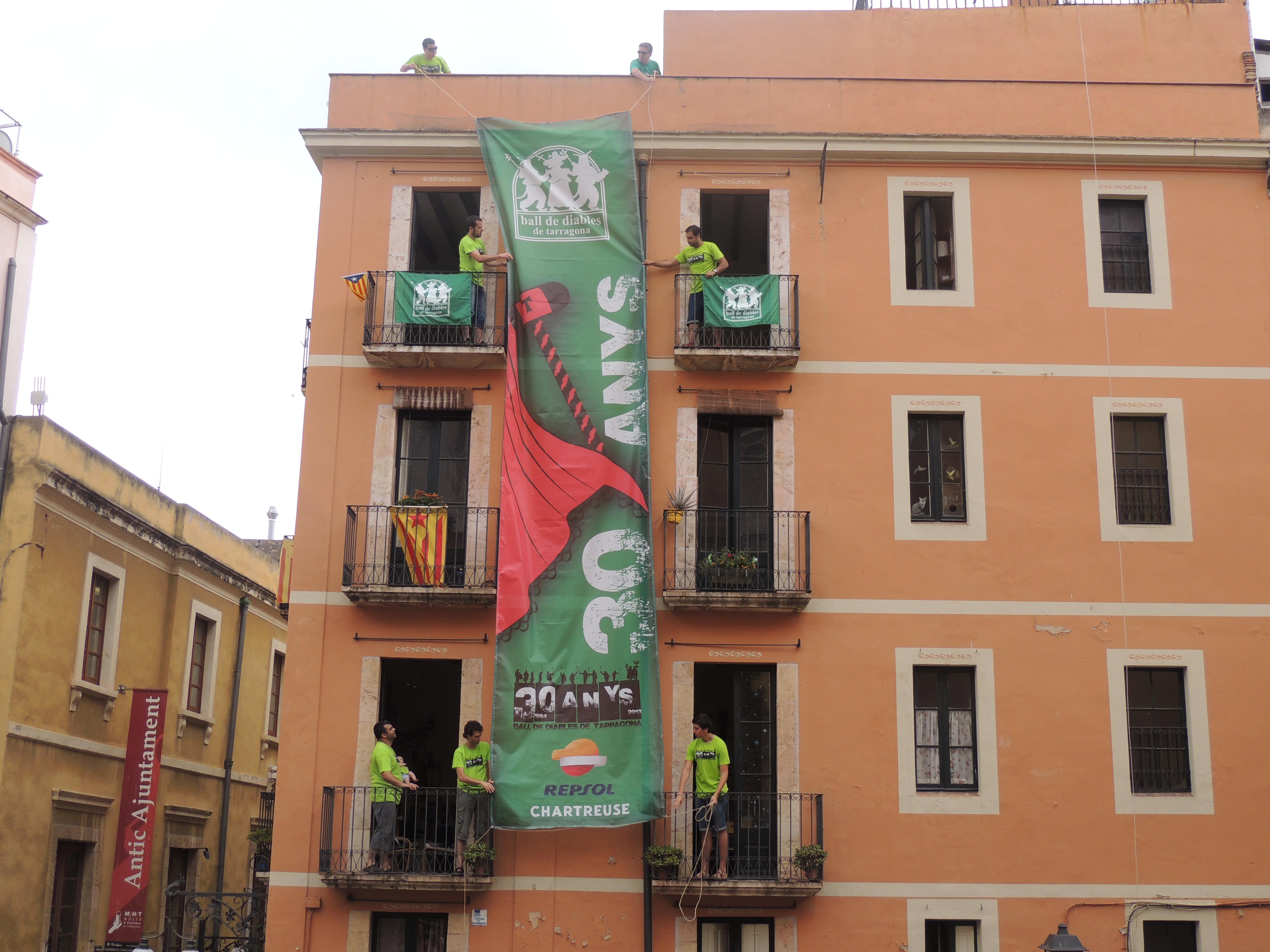 La pancarta desplegada a la plaça de les Cols.
