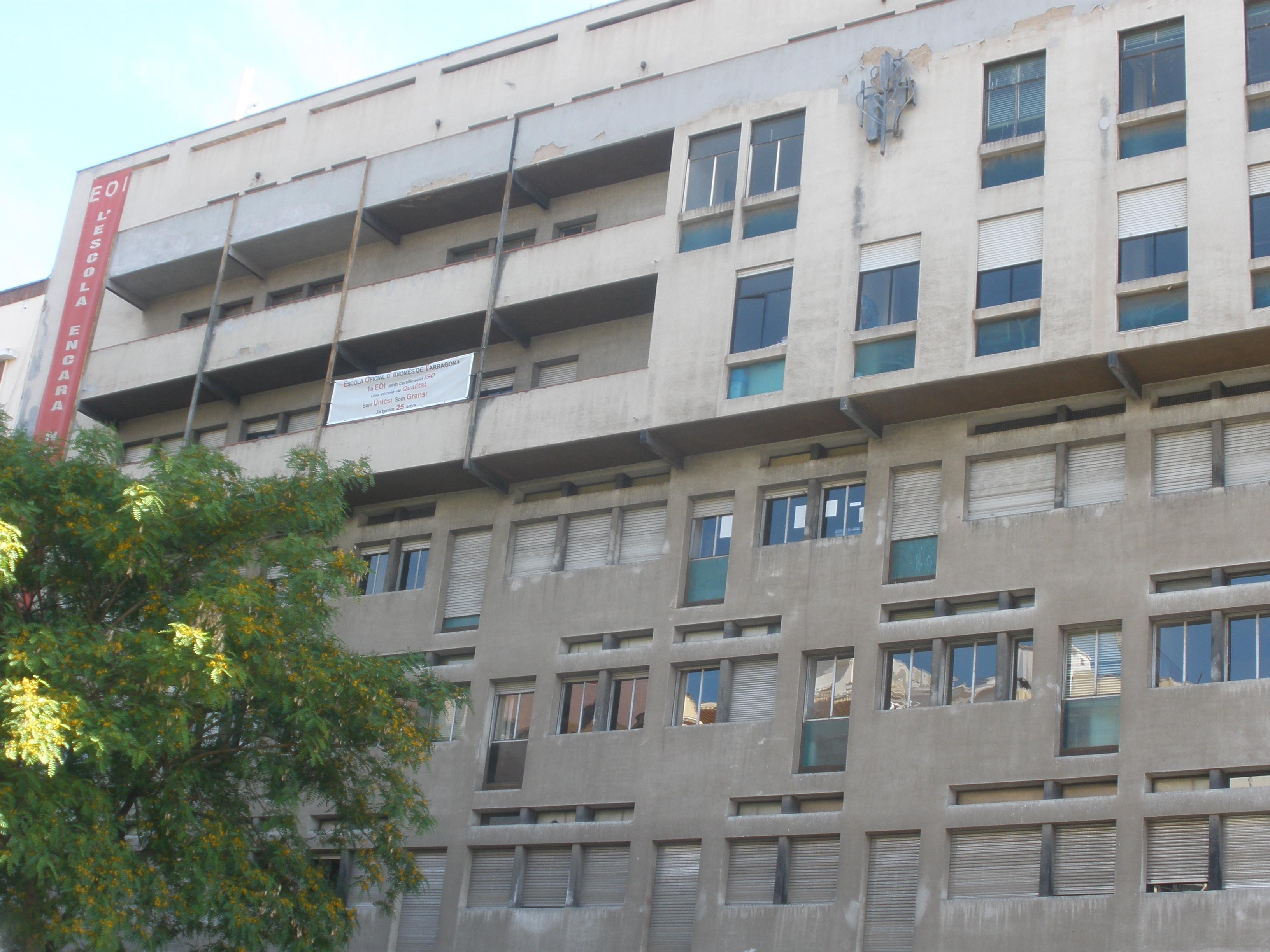 Edifici de la Rambla Nova on hi ha l'Escola Oficial d'Idiomes. Professors i alumnes confien en el trasllat aquest estiu a la Chartreuse