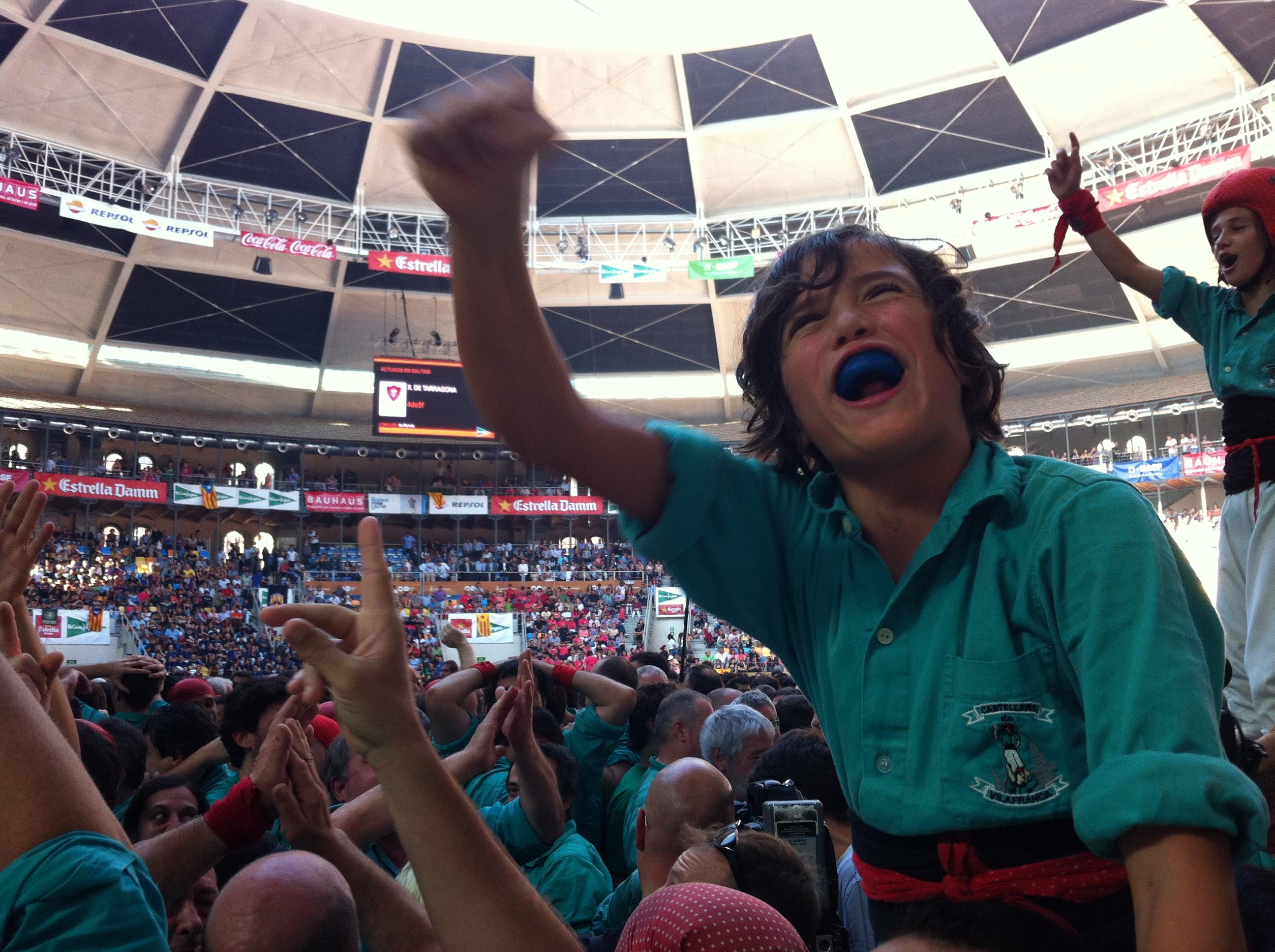 Imatge d'un dels membres de la canalla dels Castellers de Vilafranca celebrant la victòria al Concurs del 2012. (foto: J.Ardila)