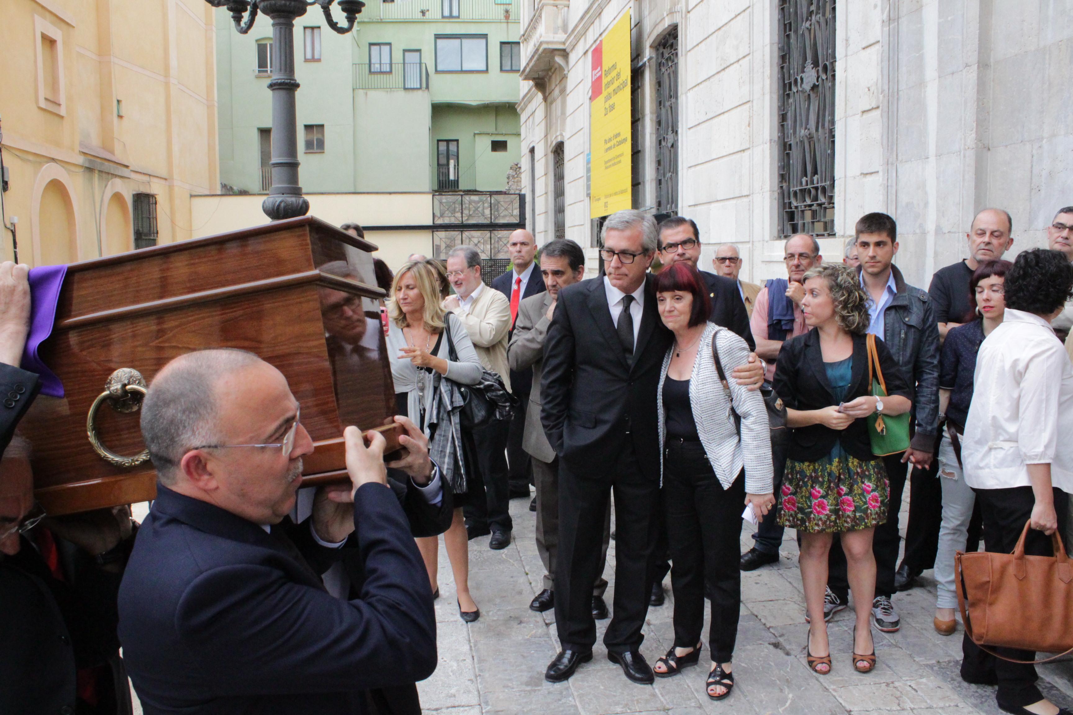 Josep Anton Burgasé entra a l'Ajuntament portant el fèretre, davant l'alcalde Ballesteros i la filla de l'exalcalde, Roser Recasens (foto: Mauri Fernández)