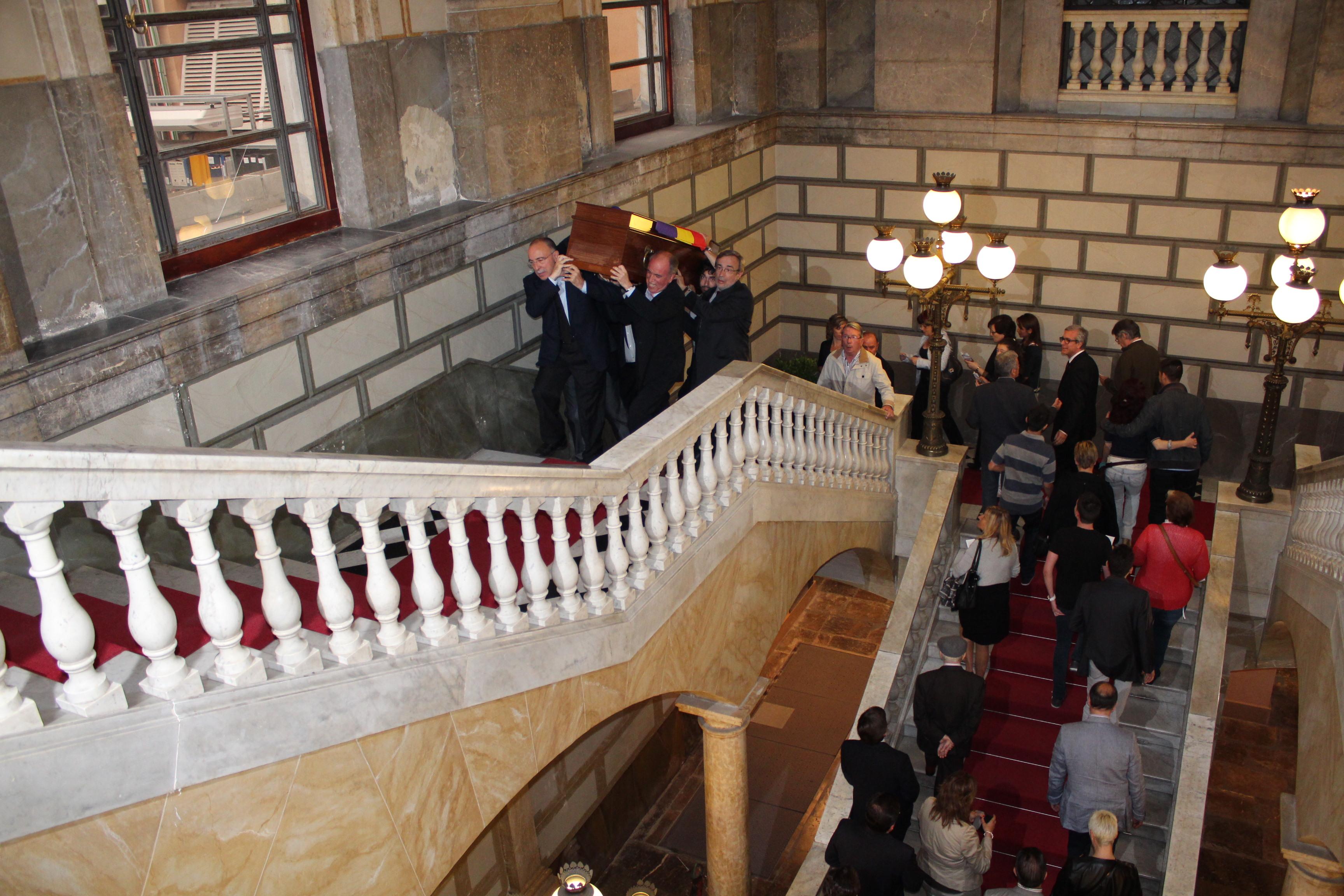 Dirigents històrics del PSC a Tarragona pugen a espatlles el fèretre de Josep M. Recasens per l'escala del Palau Municipal (foto: Mauri Fernández)