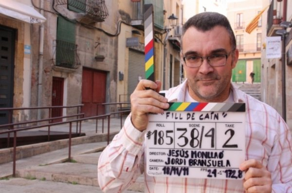 """El cineasta tarragoní Jesús Monllaó a la plaça dels Sedassos, quan rodava """"Fill de Caín"""" (foto: lavanguardia.com)"""