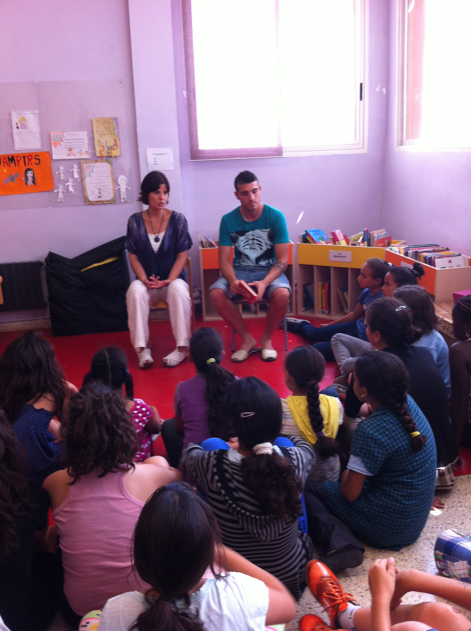 El jugador del Nàstic i exalumne del col·legi de Sant Salvador, Fran Vélez, fa una xerrada de llibres als estudiants (foto: Maria Antònia Cassadó)