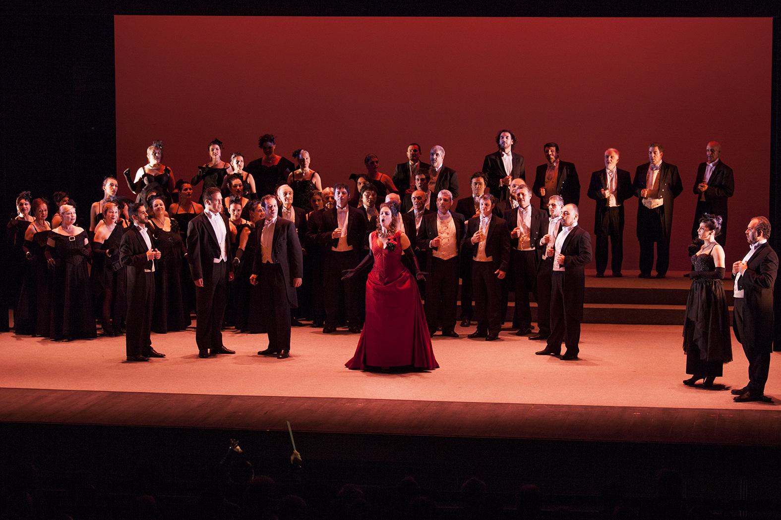 """Un moment del primer acte de """"La Traviata"""" al Teatre Tarragona (foto: Ana Ibáñez)"""
