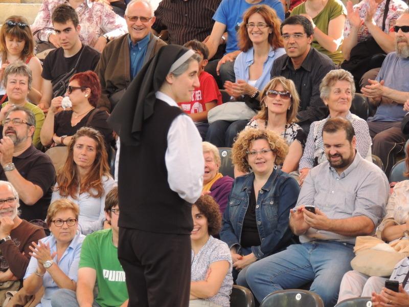 La monja Teresa Forcades s'adreça al públic al Camp de Mart, després de canviar dues vegades d'emplaçament
