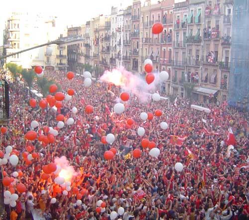 Milers de persones celebren a la plaça de la Font, ara fa set anys, l'ascens del Nàstic a Primera (foto: Tinet)