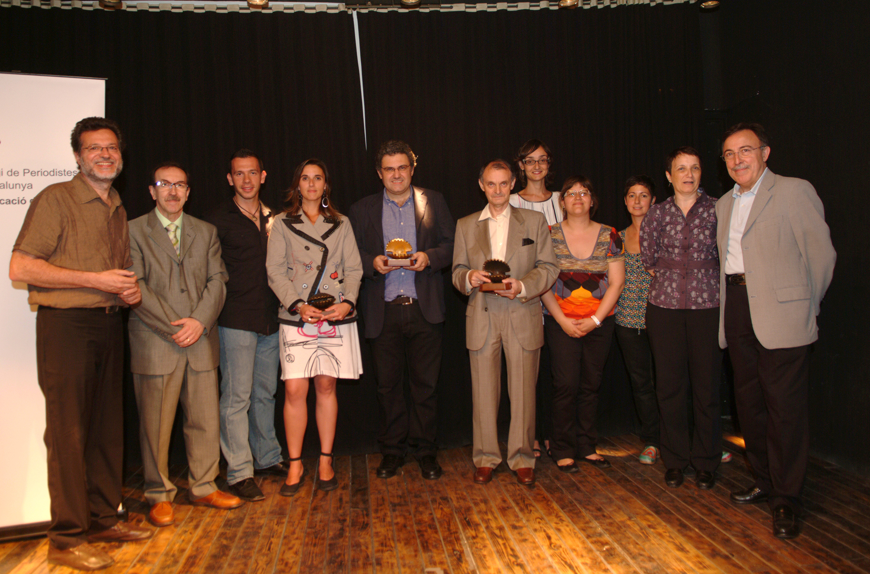 Lliurament Petxines 2009 amb el president de l'Audiència, Antonio Carril (oberta), el periodista Xavier Bas (daurada) i l'oficina de comunicació dels Mossos (tancada), acompanyats dels finalistes