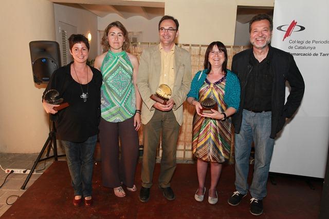 Lliurament Petxines 2012: Núria Bea (oberta), Francesc Domènech (daurada) i Carme Crespo (tancada), al costat de Sara Sans i Ignasi Soler, de la junta del Col·legi de Periodistes