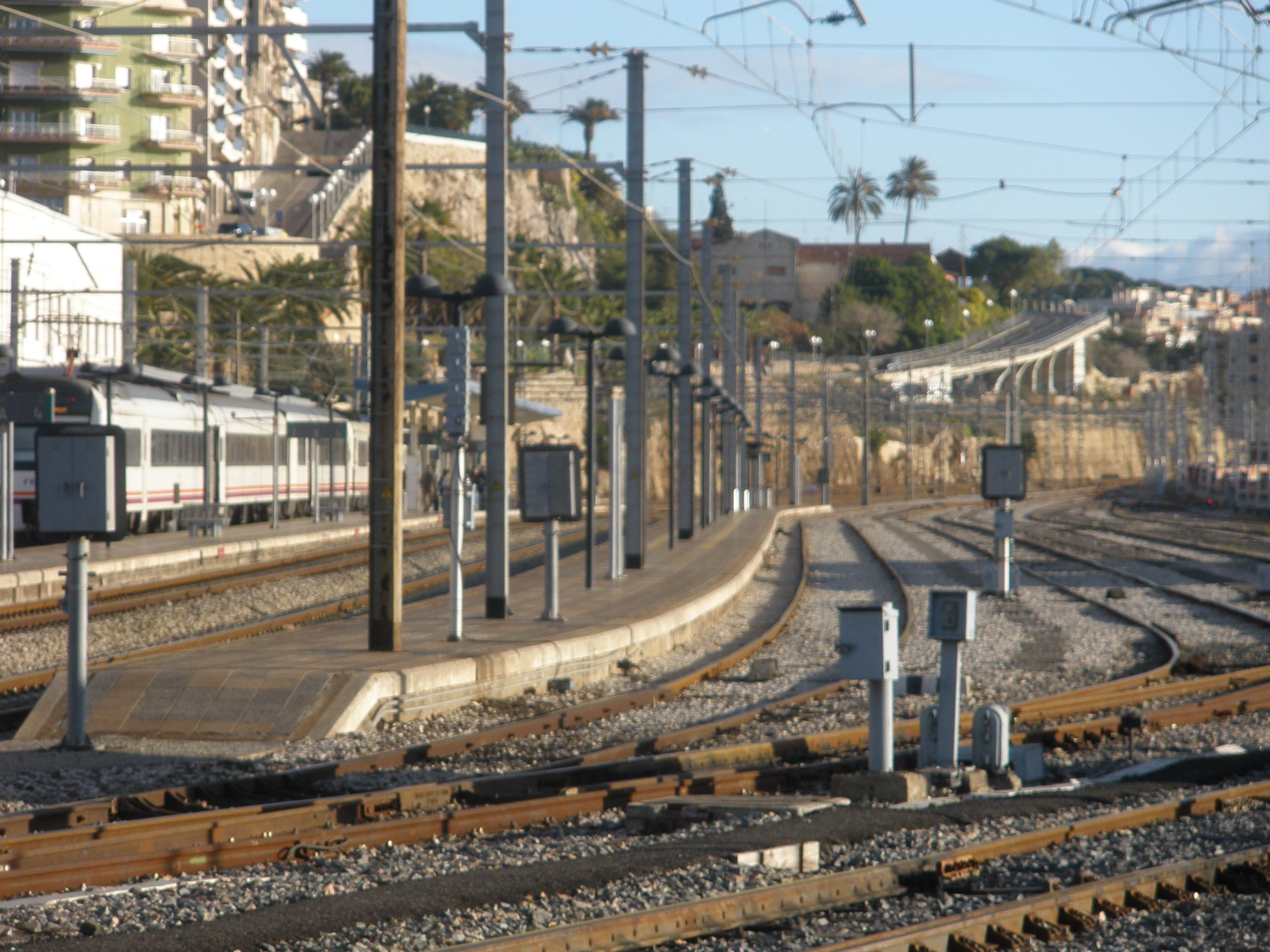 Aspecte de les vies i les andanes de l'estació de Tarragona, la tercera de Catalunya en nombre de passatgers