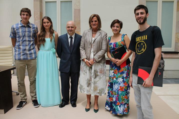 D'esquerra a dreta: Albert Torres, Laia Segués, Jordi Bosch (president del Consell Assessor de RTVE), Núria de Gispert (presidenta del Parlament), Sònia Tomegròs i Ramon Sanmartin (Foto: Parlament de Catalunya).