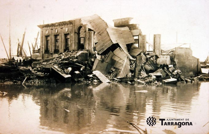 Imatge de l'antiga seu social del Club Nàutic, destrossada per la riuada de l'Aiguat de Sant Lluc, l'any 1930. (FONT: Arxiu Històric de Tarragona).