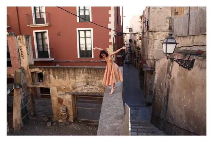 """La ballarina Emma Garau en un moment del vídeo """"Crossing Limits"""", creat per Andrea Eidenhammer (foto: tblog.tarragona.cat)"""