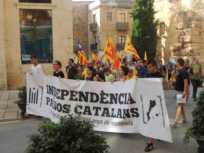 La capçalera de la manifestació, davant de l'Antiga Audiència.