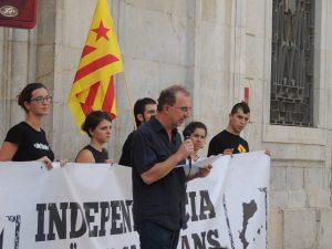 Magí Sunyer, llegint el manifest a la plaça de la Font.