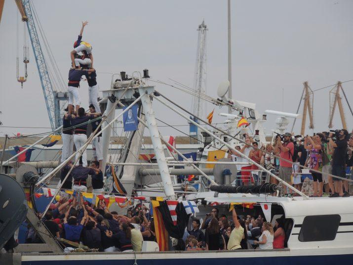 """Moment en què els Xiquets del Serrallo carreguen el 3de6 damunt de la barca """"La Guita""""."""