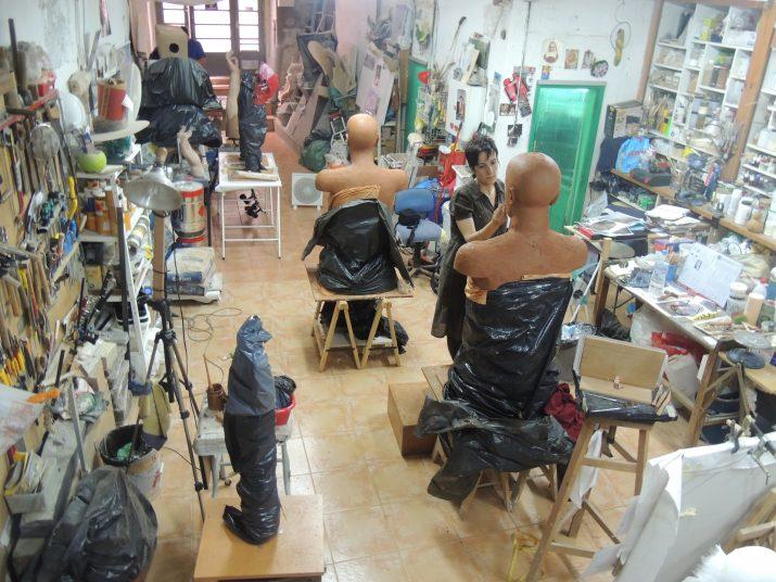 L'escultora tarragonina treballant al seu taller, situat al carrer Mediona.