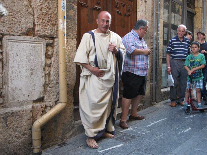 Al carrer Merceria, l'esclau que finalment va ser lliure explica la inscripció a la paret i la història de la seva vida (foto: Ivan Rodon - Tarragona Turisme)