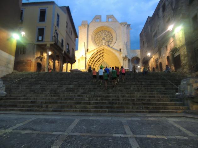 Els corredors, acabant de pujar les escales de la Catedral