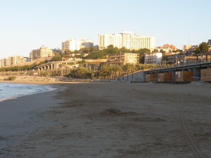 Vista general de la platja del Miracle, la més propera al centre de la ciutat però amb problemes d'accessos