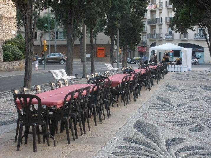 Les taules ja estàn disposades a la Via de l'Imperi per celebrar el sopar solidari de la Fundació Casal l'Amic
