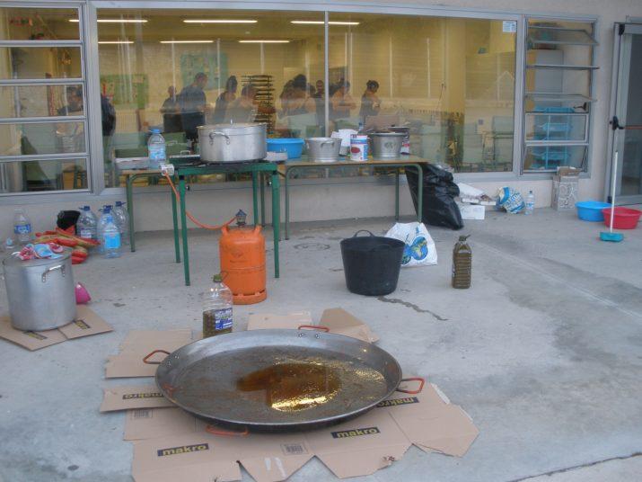A l'exterior del col·legi la paella i els ingredients ja estan a punt per a cuinar una fideuà per a 180 persones