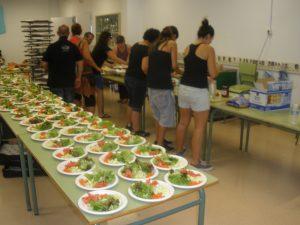 A l'interior del Saavedra, un grup de voluntaris preparen els entrants del sopar