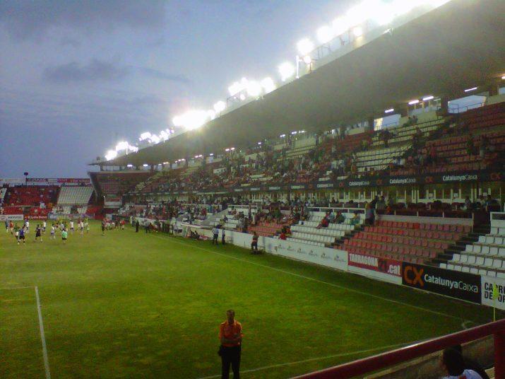 Imatge de la tribuna del Nou Estadi, dissabte a la nit, al Trofeu Ciutat de Tarragona