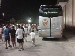 Els aficionats marxen del Nou Estadi passant al costat de l'autocar del Real Zaragoza